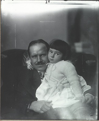 Paul Manship with his daughter Pauline [photograph] / (photographed by Peter A. Juley & Son)