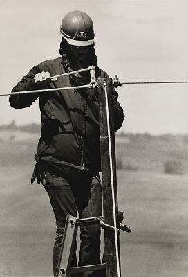 Running Fence, Sonoma and Marin Counties, California, 1972-76, Ron McDowell tightening the cable clamps to secure the top cable