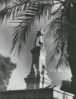 Confederate Monument [sculpture] / (photographed by Clarence John Laughlin)