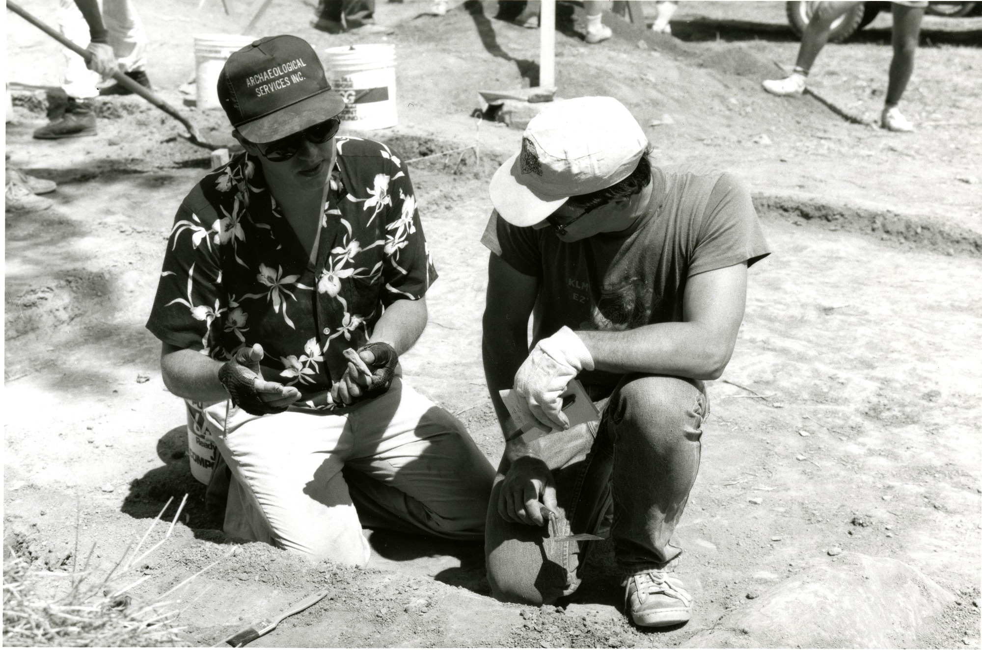 Aug 17 Curator Doug Owsley and Archaeological Dig Team Member Examine Bone at Antietam