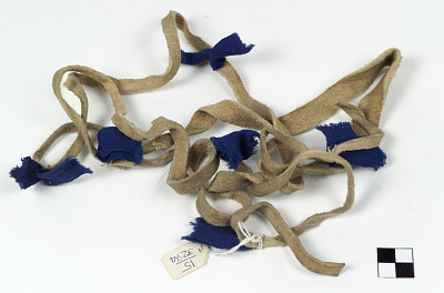 Game-carrying string/tie