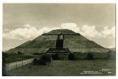 view PIRAMIDE DEL SOL, / SAN JUAN TEOTIHUACAN, MEX. [black-and-white picture postcard] digital asset: PIRAMIDE DEL SOL, / SAN JUAN TEOTIHUACAN, MEX. [black-and-white picture postcard].