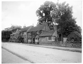 view [Miscelleous Sites in Warwickshire, England]: a group of houses along a road in an unidentified location. digital asset: [Miscelleous Sites in Warwickshire, England] [glass negative]: a group of houses along a road in an unidentified location.