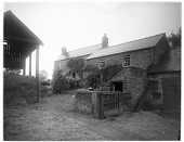 view [Miscellaneous Sites in Derbyshire, England]: a farmhouse and outbuildings just off Church Lane in Rowsley. digital asset: [Miscellaneous Sites in Derbyshire, England] [glass negative]: a farmhouse and outbuildings just off Church Lane in Rowsley.