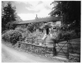 view [Miscellaneous Sites in the Lake District]: an unidentified cottage/tea room and its garden. digital asset: [Miscellaneous Sites in the Lake District] [glass negative]: an unidentified cottage/tea room and its garden.