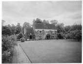 view [Miscellaneous Sites in Sussex, England, Series 2]: a house and garden in an unidentified location. digital asset: [Miscellaneous Sites in Sussex, England, Series 2] [glass negative]: a house and garden in an unidentified location.