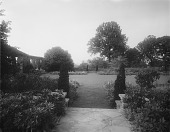 view [Edgewood (MD)]: the sunken garden, with the pergola on the left. digital asset: [Edgewood (MD)] [glass negative]: the sunken garden, with the pergola on the left.