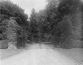 view [Llewellyn]: gates to the Michael A. Jenkins estate at 822 West Lake Avenue. digital asset: [Llewellyn] [glass negative]: gates to the Michael A. Jenkins estate at 822 West Lake Avenue.