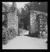 view [Sutton Courtenay Manor House]: stone wall and iron gate. digital asset: [Sutton Courtenay Manor House] [lantern slide]: stone wall and iron gate.