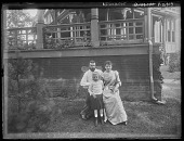view [Tanglewood]: the Hassons and Oscar Liebig by the porte-cochere. digital asset: [Tanglewood] the Hassons and Oscar Liebig by the porte-cochere.