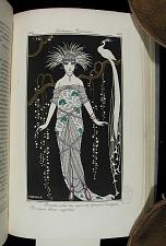 Plate 168: Grande robe du soir en brocart d'argent. Perrugue bleue, aigrettes