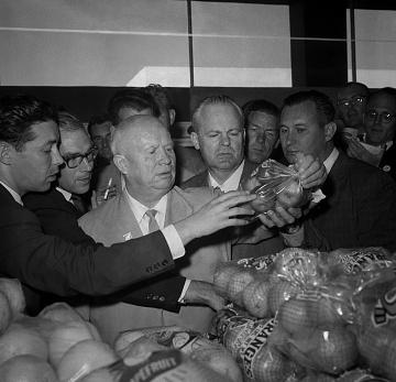 Showcasing food at home, 1959