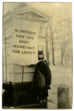 Alison Turnbull Hopkins pickets the White House, 1917