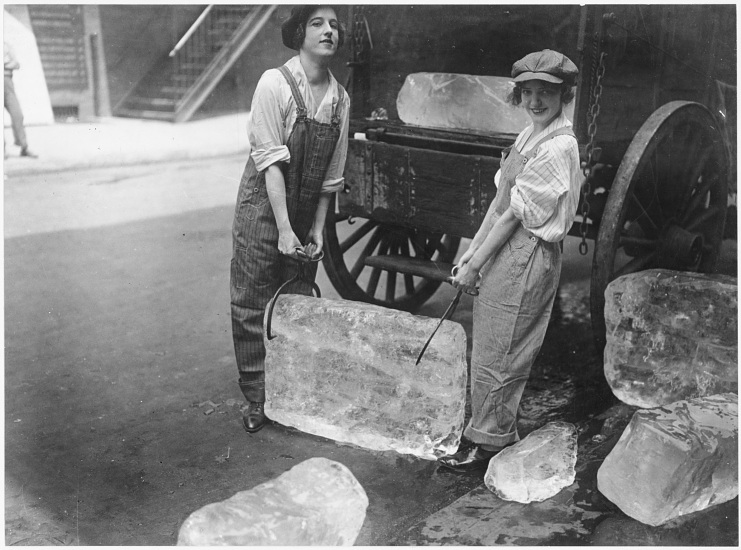 Women delivering ice during World War I, 1918