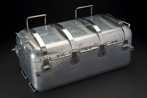 Closed rectangular aluminum case with 4 hinges on lid and latches-thumbnail 3