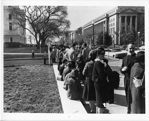 """People Waiting to Enter NMNH to See """"Dead Sea Scrolls"""" Exhibit"""