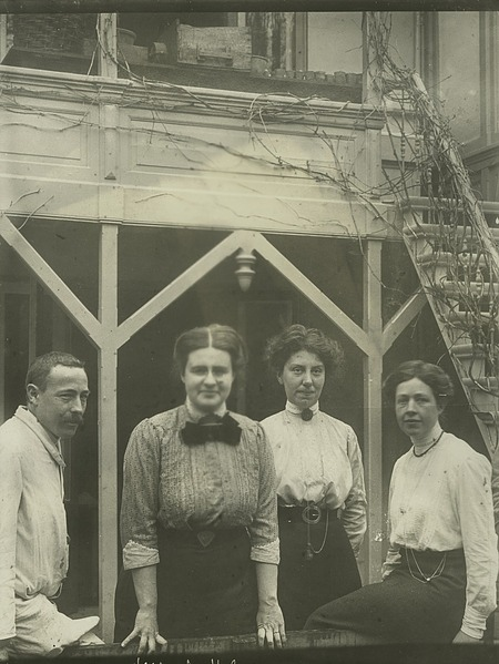 left to right: Unidentified man, Johanna Westerdijk (1883-1961), and two unidentified women